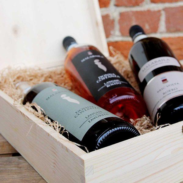 """Cassetta in legno """"Malabaila"""" con tre bottiglie."""